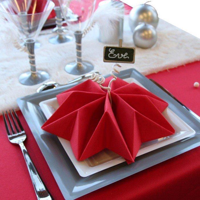 pliage-serviette-Noel-étoile-rouge-serviette-papier-marque-place