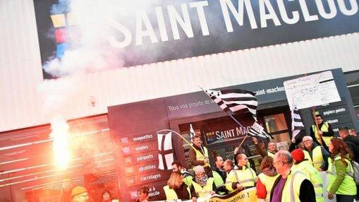 Premier magasin visé, Saint-Maclou où des fumigènes ont été craqués.