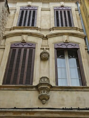 Arles niche fantôme vide façade