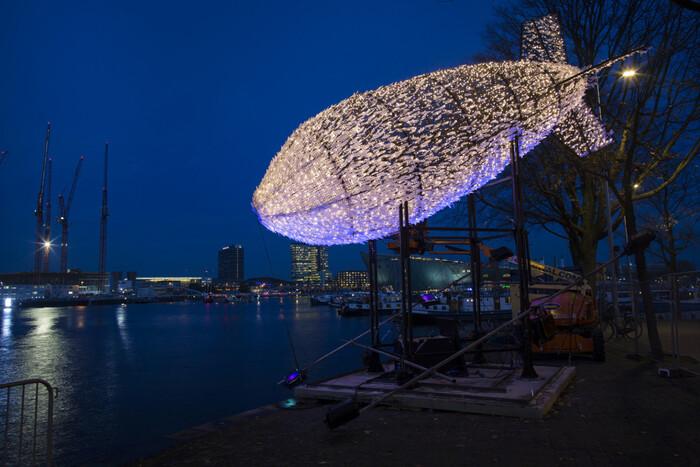 Le 8e festival annuel de la lumière illumine Amsterdam avec des installations sculpturales lumineuses