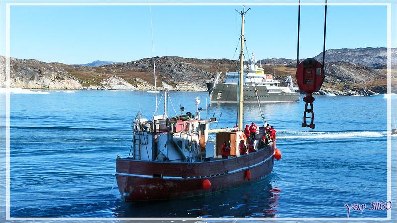 Le ballet des petits bateaux recommence pour récupérer les groupes de l'après-midi et les conduire au débouché de l'Isfjord (Icefjord) - Ilulissat - Groenland