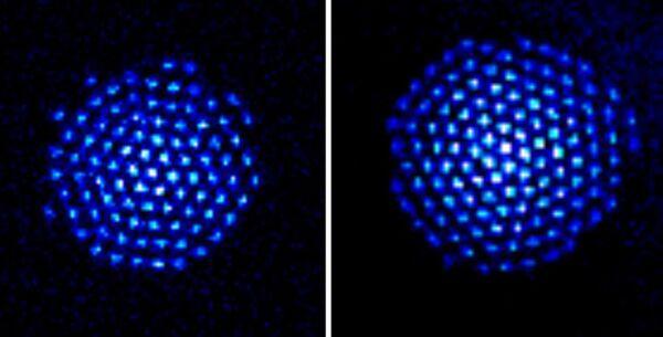 Les ions de béryllium, rendus visibles par fluorescence sur cette image (il est possible d'en distinguer 91 à gauche et 124 à droite), forment un réseau cristallin de maille triangulaire. Ils constituent un simulateur quantique et ouvrent une nouvelle voie pour obtenir peut-être un jour au moins un calculateur quantique. © NIST