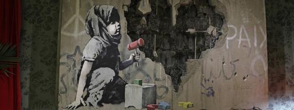 Une oeuvre de Banksy exposée au Walled-Off hotel de Bethlehem le 20 décembre 2019.