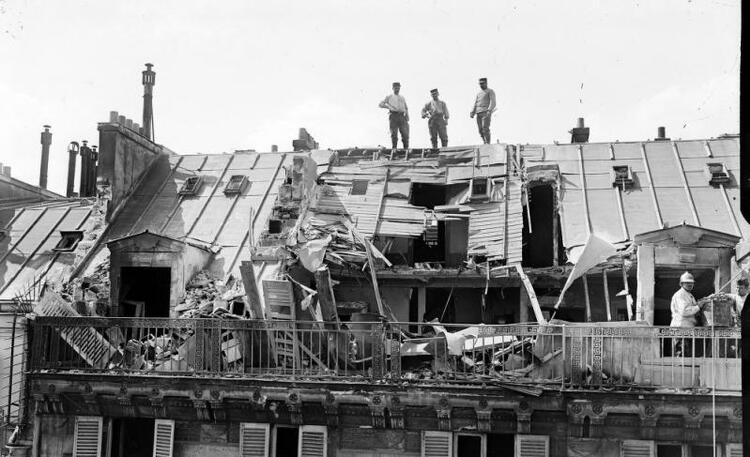 Bombardement de Paris (le premier raid aérien allemand eut lieu le 30 août 1914 avec un Taube qui largua cinq bombes et des tracts, sans faire de blessés)