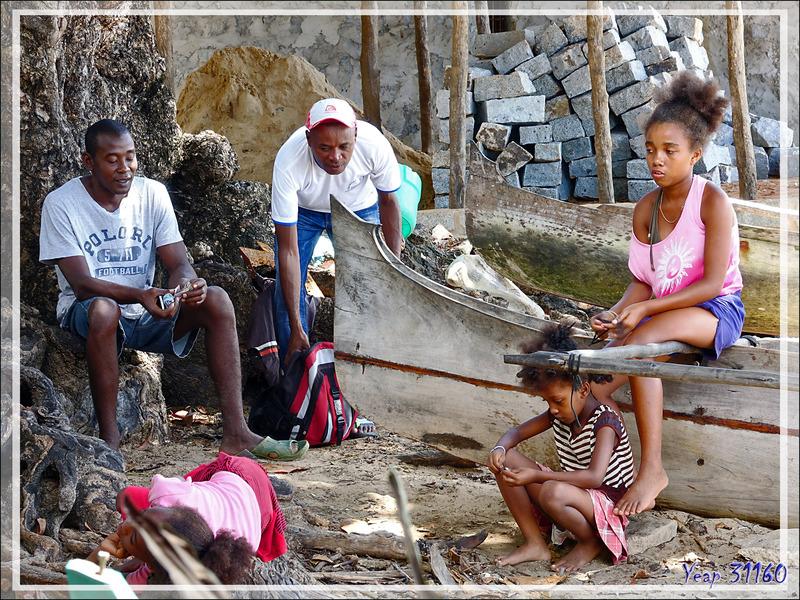 Séance coiffure à Ampangorinana - Nosy Komba (Nosy Ambariovato) - Madagascar