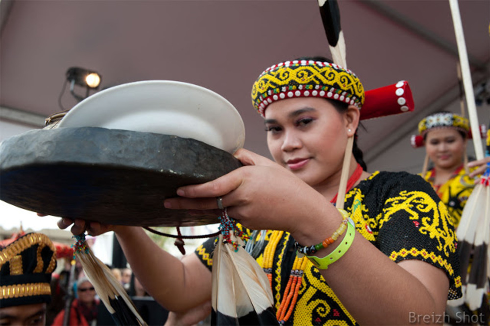 Tonnerres de Brest 2012 - Les troupes de danse de la tribu Kutai et de la tribu Dayak ont animé le Pavillon d'Indonésie