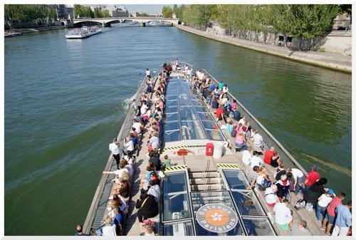 En bateaux sur la Seine pour visiter Paris.