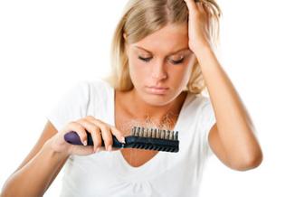 Femme qui perd ses cheveux.