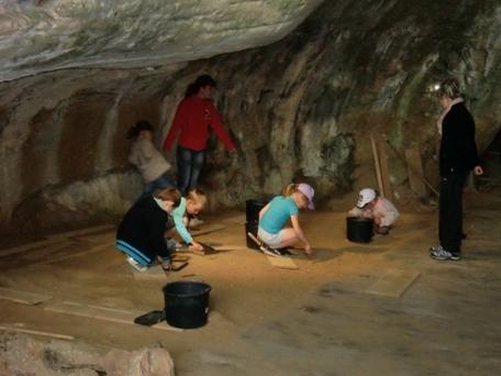 Les CP et les CLIS explorent les grottes d'Azé
