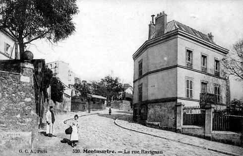 Paris : difficile de reconnaître la rue Ravignan sur ces 2 clichés ...