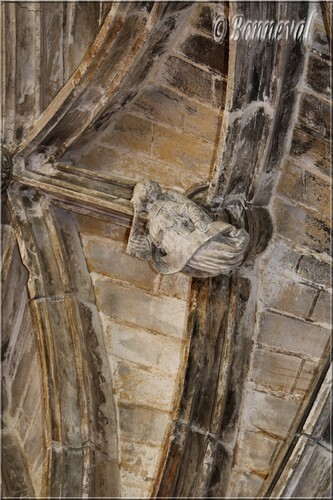 Abbaye de Cadouin le cloître clef de voûte ange musicien du Christ en majesté galerie Est