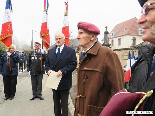 * 75 ème anniversaire de la libération de Plancher-Bas. Cérémonie au Monument aux Morts avec remise de médaille de 30 ans de porte-drapeau à Jean Lombard