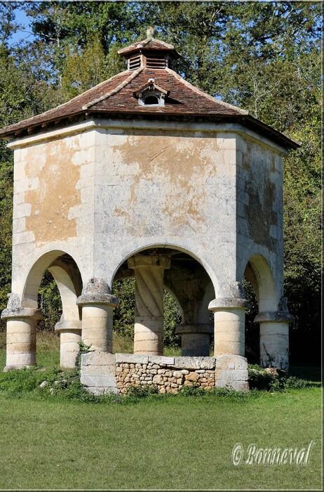 Pigeonnier sur arcades Queyssac Dordogne Aquitaine