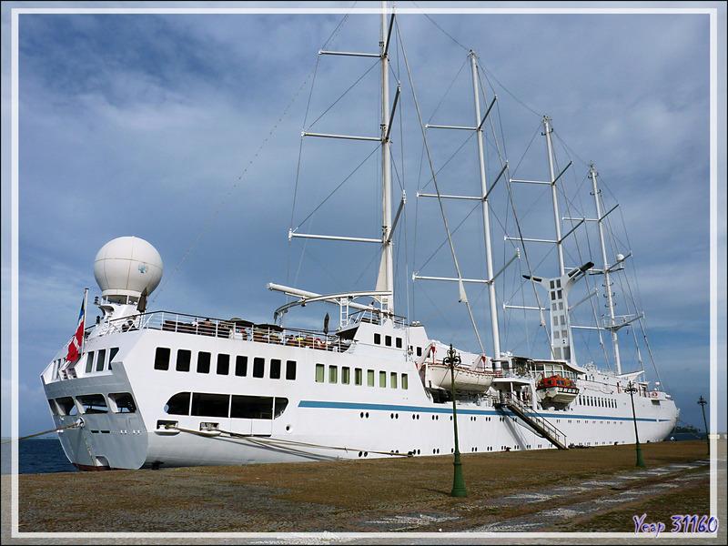 Le voilier quatre-mâts Windspirit au port d'Uturoa - Raiatea - Polynésie française