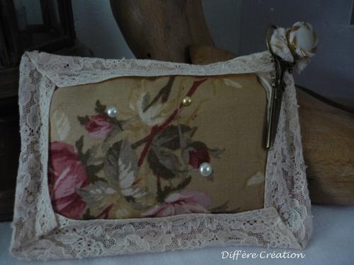 Coussin pique aiguilles fleuri en dentelle