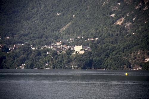 Le lac du Bourget est un lac situé en France à l'ouest du département de la Savoie en région Auvergne-Rhône-Alpes.  Lac post-glaciaire du massif du Jura, le lac du Bourget a été formé à l'issue de la dernière glaciation de Würm, il y a environ 19 000 ans, par le retrait du grand glacier alpin du quaternaire. C'est le plus grand lac naturel d'origine glaciaire entièrement situé en France, la plus grande partie du Léman étant située en Suisse.  Son nom actuel, lié à la commune qui borde sa partie méridionale, n'a été utilisé qu'à compter du XIIIe siècle. Artistiquement, le lac est particulièrement lié à la présence du poète Alphonse de Lamartine qui y écrivit des poèmes, dont Le Lac dédié à la femme qu'il aime, Julie Charles, lors de son séjour en octobre 1816.  Au niveau touristique, le lac compte de nombreuses plages aménagées sur ses rives, des bases de loisirs, de nombreux sites touristiques, le plus célèbre étant l'abbaye royale d'Hautecombe où reposent de nombreux souverains de la Maison de Savoie. La ville riveraine la plus importante par sa population est Aix-les-Bains, une des plus célèbres villes thermales françaises, comptant un peu moins de 30 000 habitants et qui accueille un festival pop-rock, Musilac, à proximité des rives du lac.