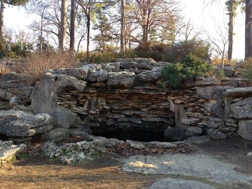 Woodward Park grotto ; endroit où se cache un personnage principale dans le tome 11