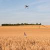 Joël contrôle un nid assisté par le drone (Jaulnes 24 juin 2015) © Gérard Foy