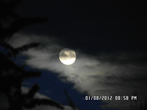 La lune joue à cache cache