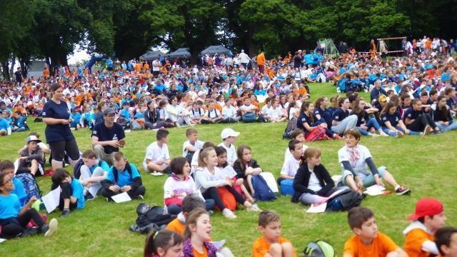 photo le rassemblement durant la célébration. les jeunes plouaysiens en tee-shirt bleu foncé. © ouest-france