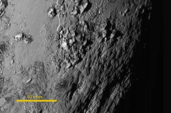 Cette région de Pluton située sur l'équateur, au sud de la zone en forme de cœur, a été prise une heure et demie avant le survol à environ 77.000 km de la surface. Les montagnes de glace observées s'érigent jusqu'à 3,5 km. Sa formation daterait de plus de 100 millions d'années et témoigne d'une activité géologique interne encore inexpliquée. © Nasa, JHUAPL, SwRI