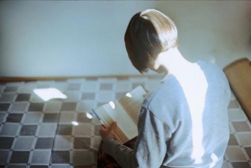 3- Jeunes filles lisant- photographies en couleurs