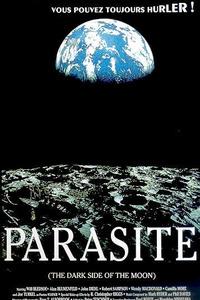 Parasite ( The Dark Side of The Moon) 1990 : 2022, des pannes de système mystérieuses obligent l'équipage d'un vaisseau spatial à échouer sur la face non éclairée de la Lune, en tombant rapidement en panne de carburant et d'oxygène. Ils sont surpris de découvrir une navette spatiale de la NASA flottant dans l'espace, et montent à son bord dans l'espoir de récupérer quelques provisions. Un à un, les membres de l'équipage sont possédés et tués, et c'est Paxton Warner qui doit découvrir les liens entre la face sombre de la Lune, le Triangle du Bermudes et le Diable lui-même... ..... ----- ..... Titre original : The Dark Side of The Moon Réalisateur(s) : D.J. Webster Acteurs(s) : Robert Sampson, Will Bledsoe, Joe Turkel, Camilla More, Wendy MacDonald, Alan Blumenfeld, Ken Lesco, John Diehl Genre(s) : Horreur, Action, Thriller, Science-Fiction Année de sortie(s) : 1990 Status : Released Pays : United States of America Distributeur : Wildstreet Pictures