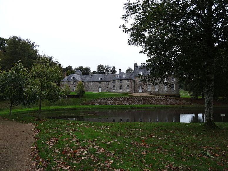 Pontécoulant. Façade nord-ouest du château et l'étang 1.JPG