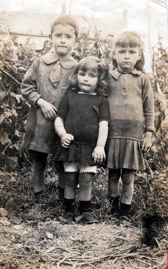 Simone au milieu de ses cousin-cousine