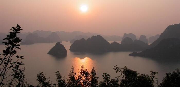 Coucher de soleil sur la baie de Ha-Long coucher de soleil