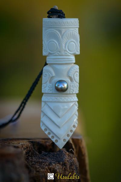 Blog de usulebis :Usulebis ,Artisan créateur de bijoux polynésiens , contact : usulebis@hotmail.fr, Pendentif Totem Tiki en os serti d'une perle noire de Tahiti