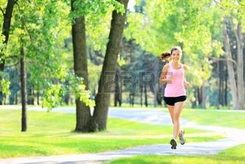 13319074-jogging-femme-en-cours-d-39-execution-dans-le-parc-en-plein-soleil-sur-belle-journee-d-39-e