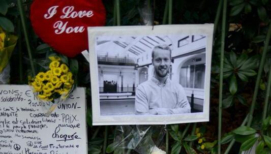Une photo de François-Xavier Prévost, accrochée comme des dizaines d'autres à proximité du Bataclan à Paris.