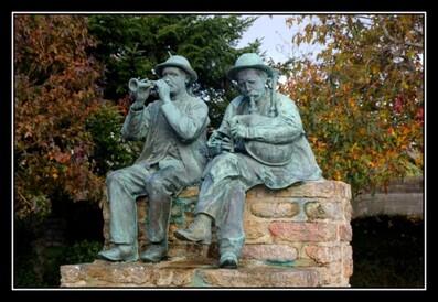 Statues des sonneurs à Plozevet en pays Bigouden
