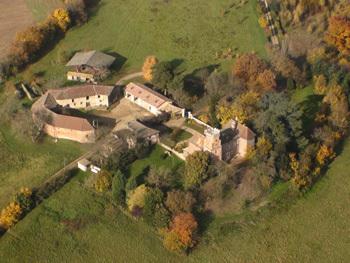 Vue aérienne du chateau de Chaillouvres à Chaneins dans la Dombes