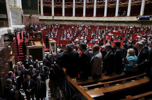 Les députés Les Républicains quittent les bancs de l'Assemblée nationale, mardi5juillet, alors que Manuel Valls annonce le recours au 49.3 pour faire passer la loi travail.