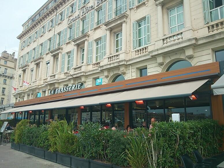 """MARSEILLE - Mamiekéké découvre les nouvelles """" Nouvelles Galeries """" et la restauration rapide ."""