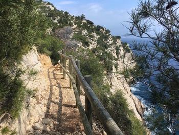 Sur le sentier après le Cap Méjean