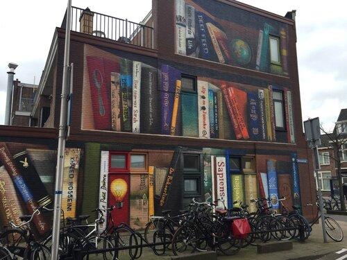 Bibliothèque géante en façade