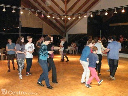 Polka, mazurka, bourrée, branle, valse se sont succédé pour le plus grand plaisir des danseurs. - HENNEQUIN Patrice