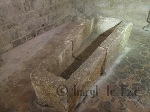 Sarcophage en pierre dans une crypte médiévale