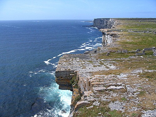 800px-Cliff face from Dun Aengus