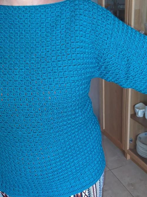 Un pull au crochet bleu - vert