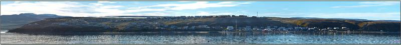 Brève escale pour les formalités à Pond Inlet (en langue inuktitut : Mittimatalik ou ᒥᑦᑎᒪᑕᓕᒃ ), 72° 41′ 57″ Nord, 77° 57′ 33″ Ouest - Nunavut - Canada