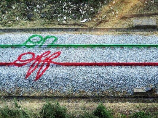 des peintures sur des rails