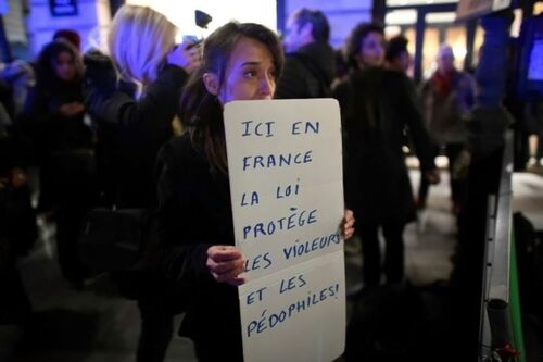 ⇒La France adopte une loi qui stipule que les enfants peuvent consentir à avoir des rapports sexuels avec des adultes.