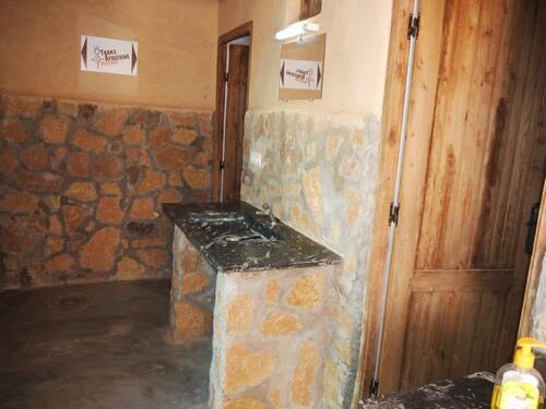 Un lavabo en pierre d'Erfoud