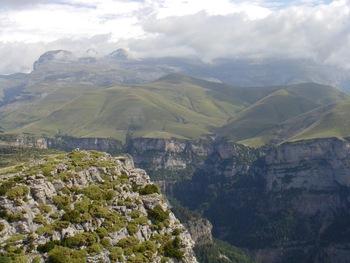 On découvre le canyon (au fond, les Tres Marias, à droite du col d'Anisclo)