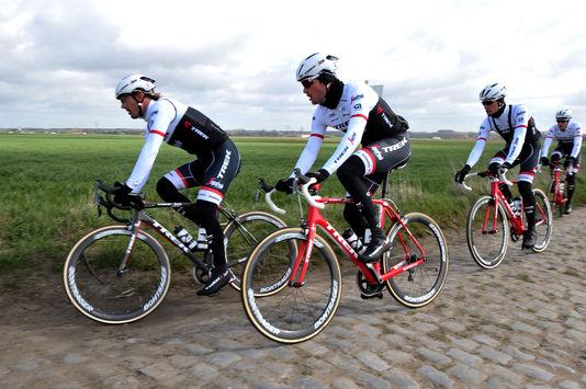 Fabian Cancellara et son équipe Trek à l'entraînement sur les pavés de Paris-Roubaix, le 7 avril 2016.