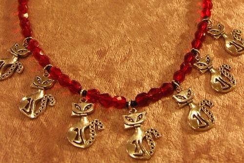 Collier chat avec ses perles de verre rouges